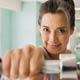 Mujer hispana con pesas de mano en un gimnasio - Cuestionario de salud