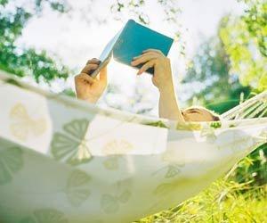 Libro Hombre leyendo en una hamaca - Recorte su tiempo de televisión