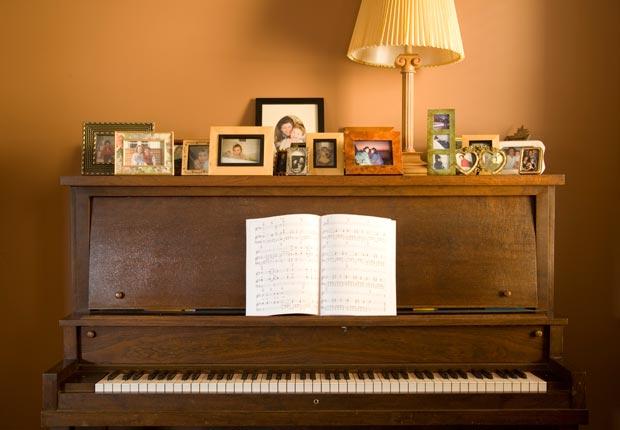 Piano vertical con el libro de música - Crear un espacio para usted en su hogar