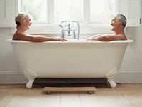 Una mujer y un hombre en la bañera juntos - Trivia disfuncion erectil - Causas y tratamiento