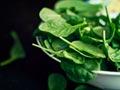 Espinaca en un tazón - Alimentos que ayudan a combatir la depresión