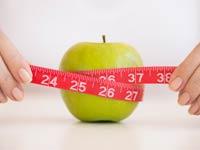 Mujer midiendo una manzana con un metro - Por que son peligrosas la dietas rapidas