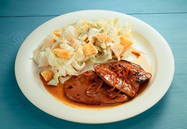Hígado de ternera en salsa de naranja y ensalada - Alimentos que ayudan a combatir la depresión