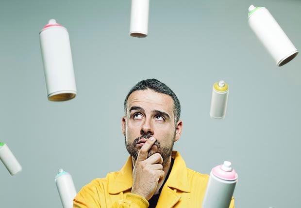 Hombre mirando aerosoles en el aire - Cosas que puede botar a la basura - Limpieza de primavera