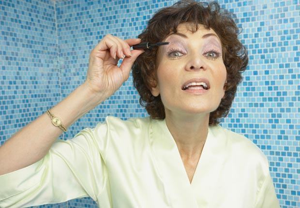 Mujer aplicándose maquillaje - Cosas que puede botar a la basura - Limpieza de primavera