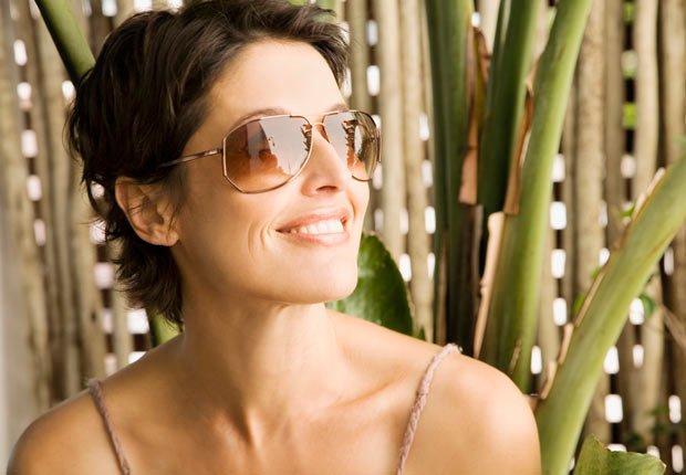 Mujer usando gafas de sol - Diviértase este verano luciendo y sintiéndose bien