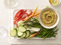 Humus con vegetales crudos.