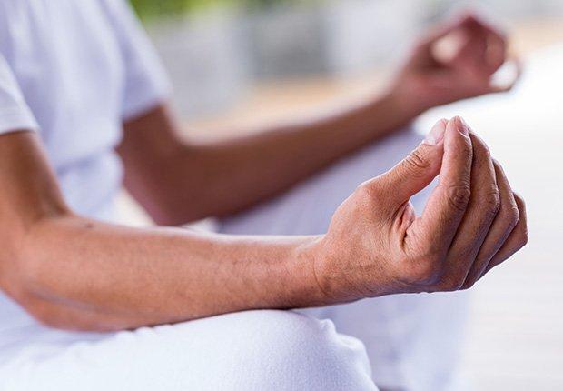 Hombre meditando y haciendo un símbolo del zen con la mano - 7 cosas que usted puede hacer en el dormitorio que pueden salvar su vida