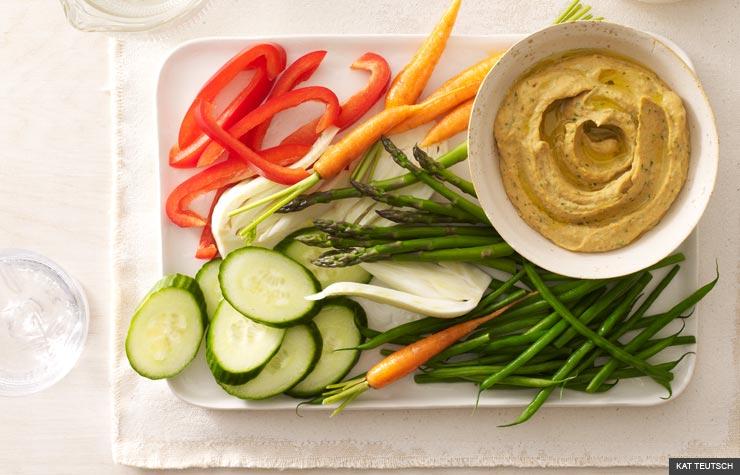 Hummus de ajo con bastones de vegetales crudos