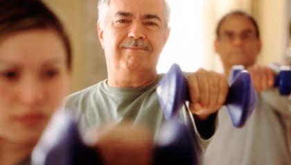 Hombre mayor usando pesas en una clase de aeróbicos - Consejos para envejecer de forma saludable - Dr. Elmer Huerta