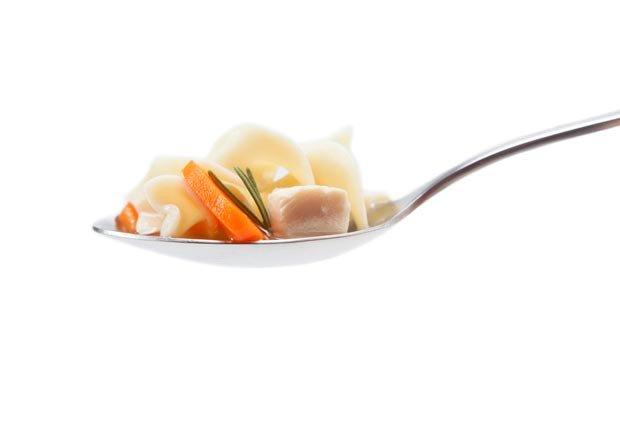 Sopa de pollo, super alimentos para combatir la gripe