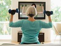 Mujer levantando pesas - Hacer ejercicios mientras ves TV - Pierde peso
