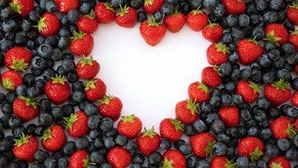 Fresas y moras que forman un corazón - Cómo cuidar tu salud durante todo el año