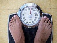 Persona pesandose - ¿Cuán saludable es tu peso?