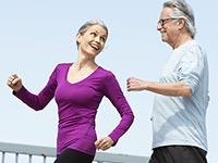 Pareja mayor caminando juntos para hacer ejercicio - Consejos de Martina Navratilova para ponerse en forma
