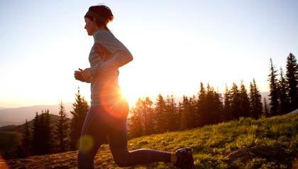 Una mujer corriendo en la mañana temprano - Los beneficios del ejercicio para el cerebro