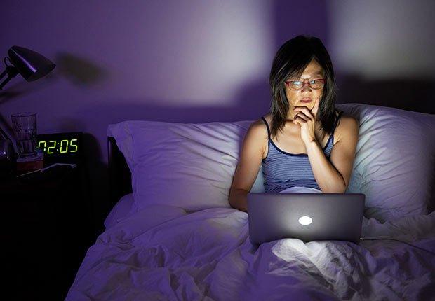 Mujer que usa el ordenador en la cama - Cuando los buenos hábitos se tornan en malos hábitos  spilling out of a bottle