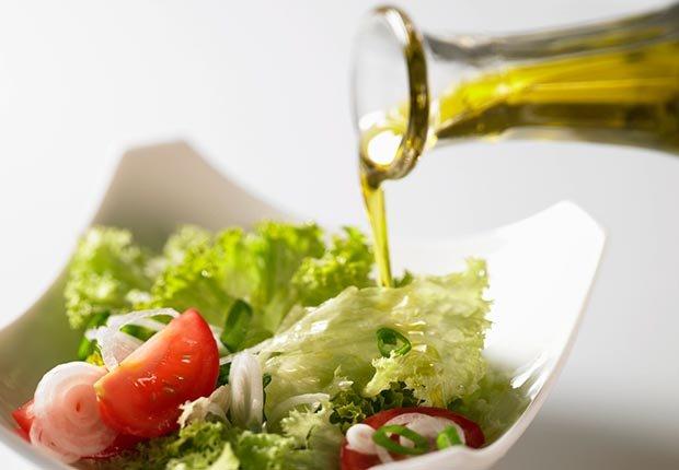 Verter el aderezo en una ensalada - Cuando los buenos hábitos se tornan en malos hábitos  spilling out of a bottle