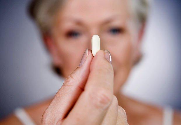Mujer con una vitamina - Cuando los buenos hábitos se tornan en malos hábitos
