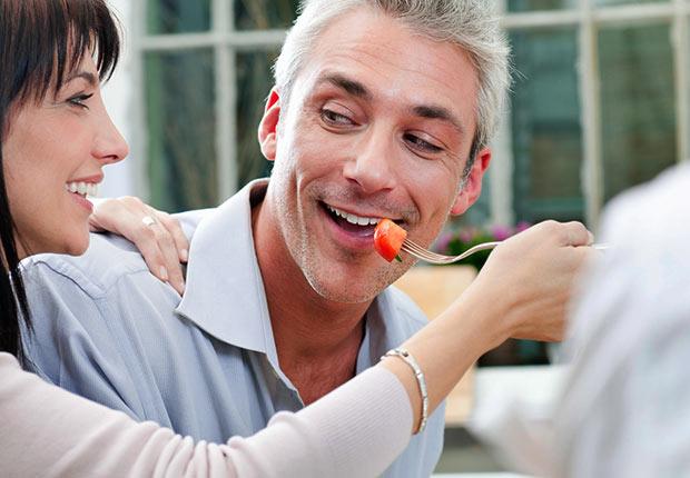La mujer alimentando a un hombre con el tenedor - Cuando los buenos hábitos se tornan en malos hábitos