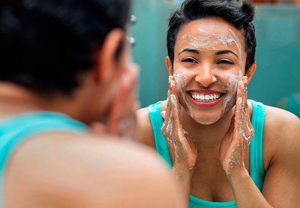 Mujer lavándose la cara frente a un espejo - Cuando los buenos hábitos se tornan en malos hábitos