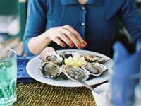 Mujer comiendo ostras - Alimentos y comidas que no debes comer - Trivia