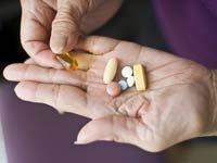 Manos de mujer con unas pastillas - Vitaminas: mitos y verdades
