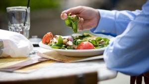 Hombre comiendo vegetales verdes - Cómo vivir con el síndrome de colon irritable