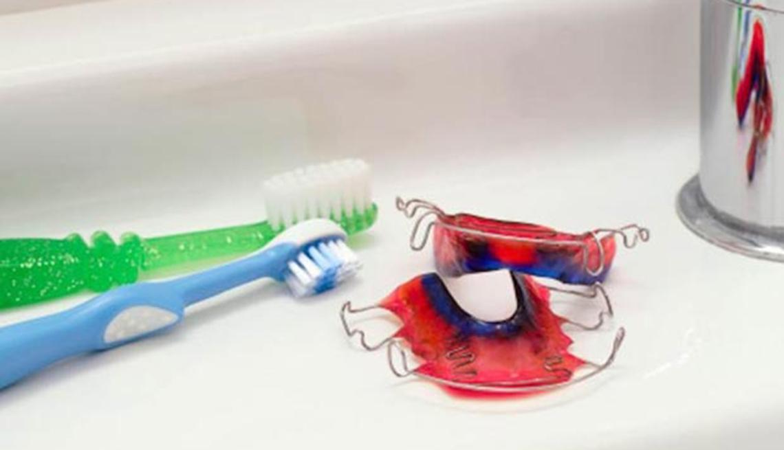 Cepillo de dientes y caja dental - Su cepillo de dientes es un semillero para las bacterias?