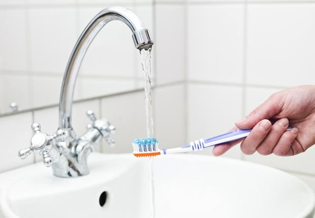 Cepillo de dientes bajo el agua - Su cepillo de dientes en un semillero para las bacterias?