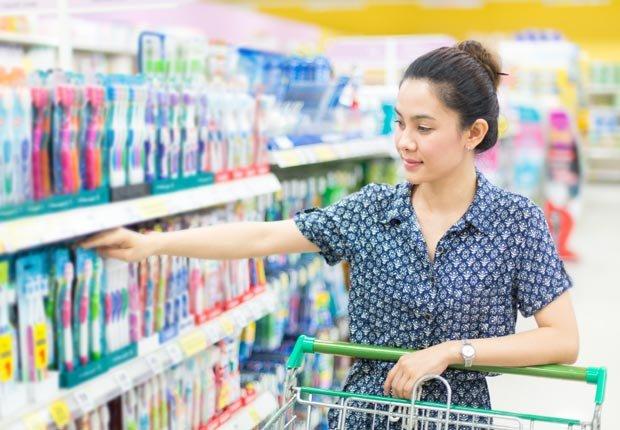 Mujer comprando cepillo de dientes - Su cepillo de dientes en un semillero para las bacterias?
