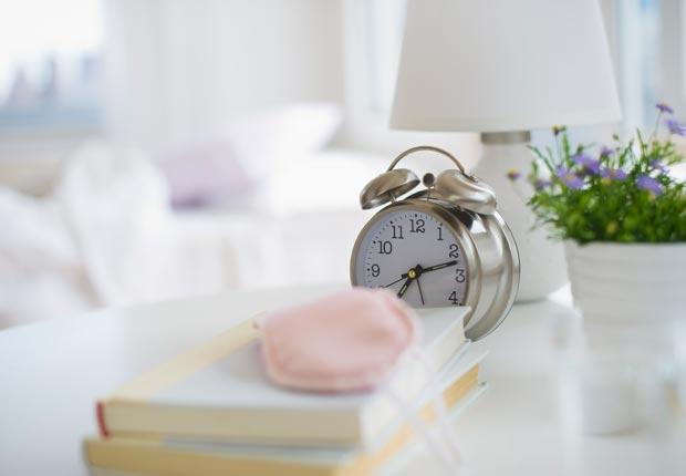 Un reloj en una mesa de noche - 10 Consejos saludables para perder peso este verano