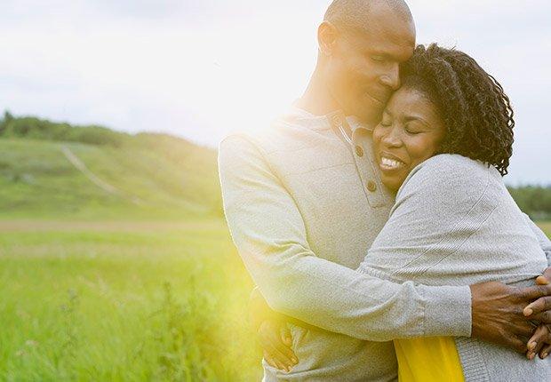 Un abrazo de 10 segundos reduce la presión arterial mediante el aumento de la hormona oxitocina para sentirse bien y bajar el cortisol química del estrés, según un nuevo estudio - Medidas saludables en 60 segundos