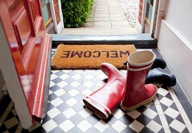 Quítese los zapatos en la puerta principalpara evitar propagar elpol;en y los alergenos en su casa, esto puede agravar las alergias y el asma, además, mantienen sus pisos más limpios - Medidas saludables en 60 segundos