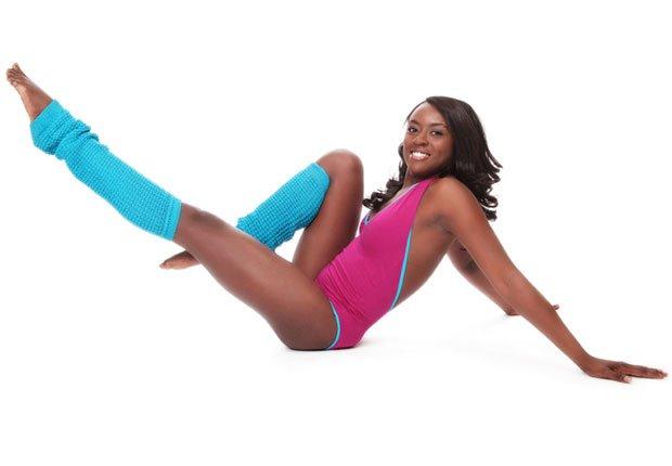 Una mujer con calentadoras de las piernas - Modas de los gimnasios