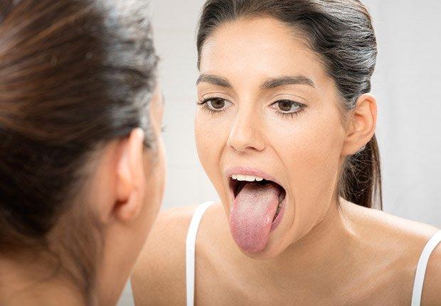 Saca la lengua - Esto no sólo ayuda a reducir el mal aliento, sino que también protege contra la enfermedad de las encías, los resfriados y las caries, según varios estudios - Medidas saludables en 60 segundos