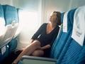Mujer en un avión - Consejos para viajeros - Prevenir el jet lag