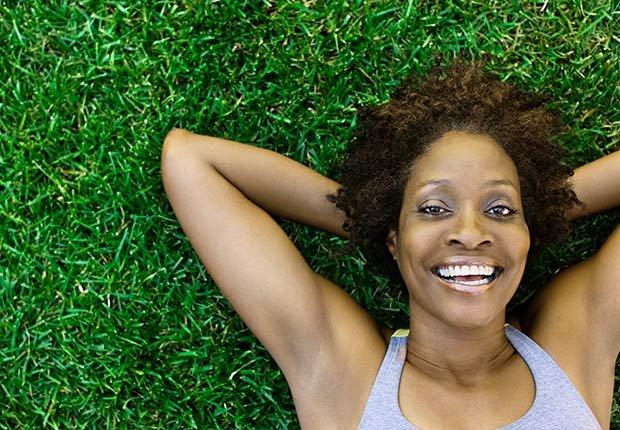 Mujer acostada en un prado - Consejos para mantenerse en forma según Sugar Ray Leonard
