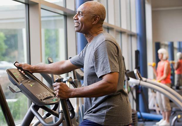 Hombre haciendo ejercicio un una máquina elíptica - Consejos para mantenerse en forma según Sugar Ray Leonard