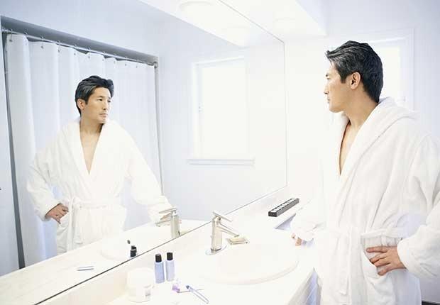 Hombre mirándose al espejo- 7 razones para tener más sexo después de los 50