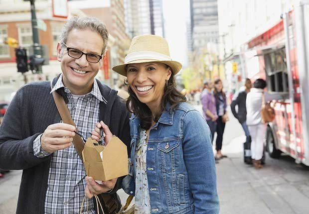 Pareja sonriendo - 7 razones para tener más sexo después de los 50