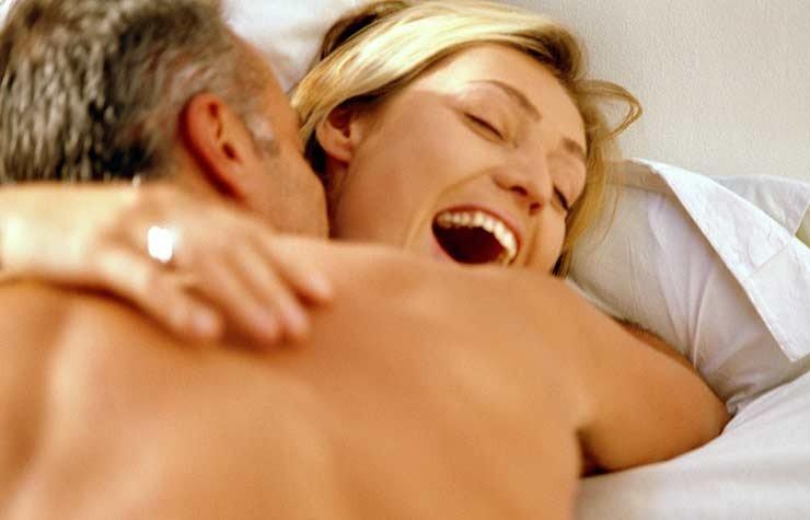 Pareja en la cama - 7 razones para tener más sexo después de los 50