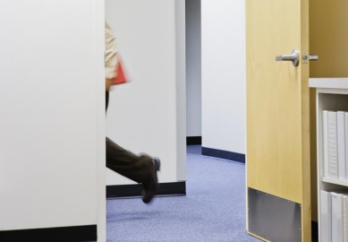 Hombre caminando en la oficina - Caminar hace la diferencia en la oficina