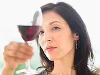 Mujer con un copa de vino - Alimentos que pueden aliviar o agravar tu migraña - Dolor de cabeza