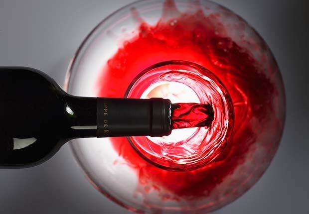 Sirviendo vino en una copa - Evita aumentar de peso en Navidad