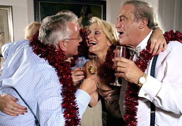 Grupo de personas celebrando - Evita aumentar de peso en Navidad