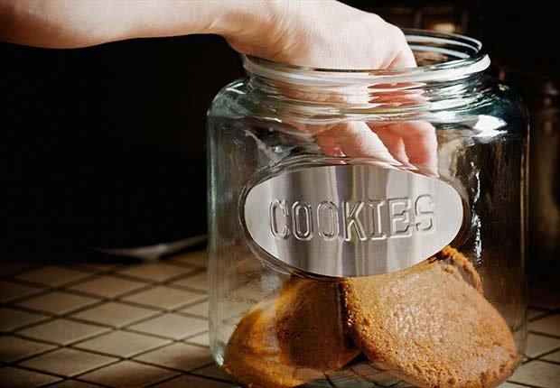 Mano tomando una galleta de una jarra - Evita aumentar de peso en Navidad