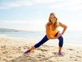 Denise Austin, el ícono de los ejercicios, ejercitandose en la playa