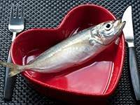 Pescado servido en un plato en forma de corazón - Consejos para tener un corazón saludable