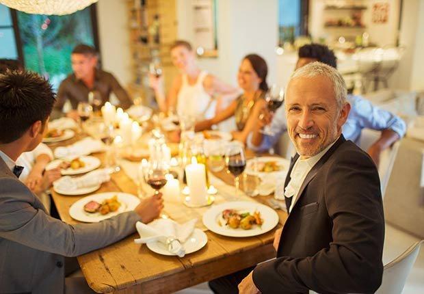 Grupo de personas cenando - Malos hábitos después de comer